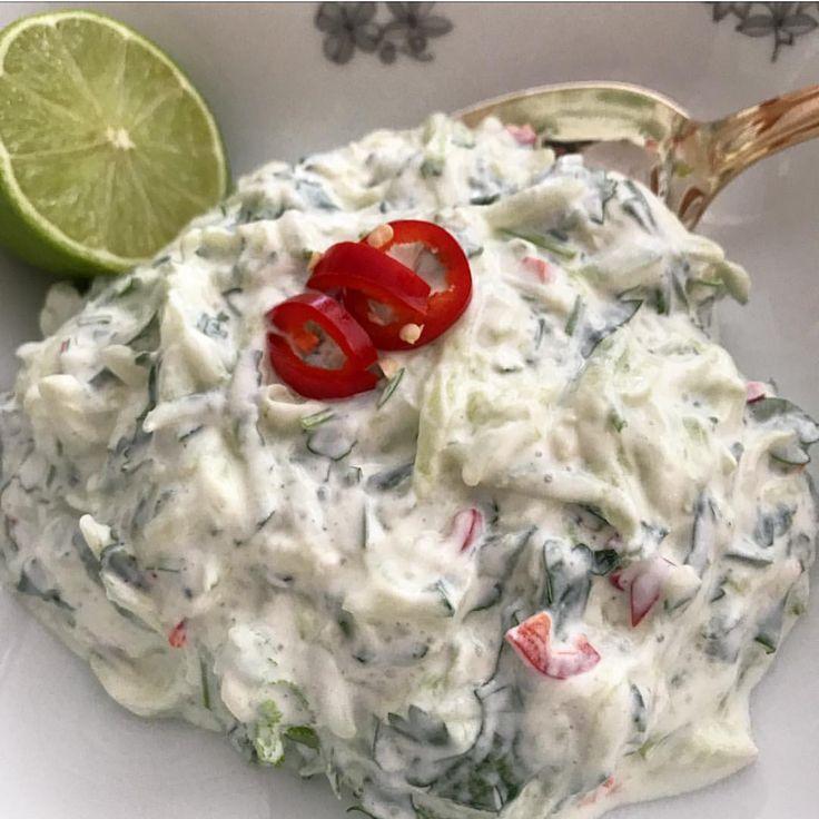 Recept kvargsås kvarg kall sås/röra: 3 dl grekisk yoghurt 1 gurka 1/2 chili,hackad 1 kruka koriander 1 msk limesaft 2 vitlöksklyftor,pressad Salt Riv gurka och pressa ur vätska. Blanda alla ingredienser till röra. #kallsås #burgare #grillspett #grillat #örter fisk lax