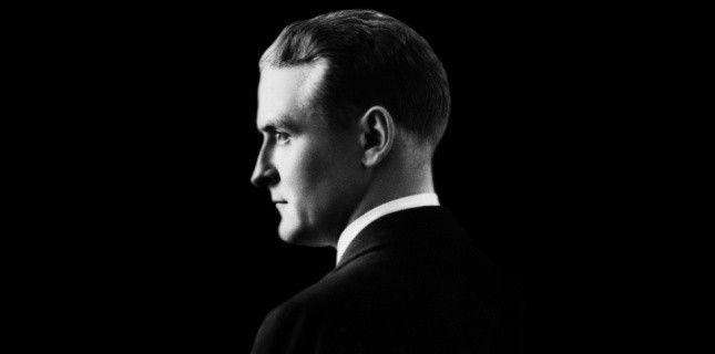 """""""Gatsy avait foi en la lumière verte, l'avenir orgasmique qui année après année s'efface devant nous. Il se dérobe alors à nous, mais qu'importe...demain nous courrons plus vite, nous tendrons nos bras plus loin...Et un beau matin...""""  Gatsby le magnifique de Francis Scott Fitzgerald"""