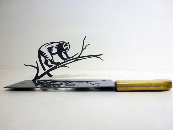 I coltelli da macellaio intagliati dallo scultore Li Hongbo rappresentano un nuovo orizzonte fino adesso inesplorato. Le ampie lame sono la vera tela