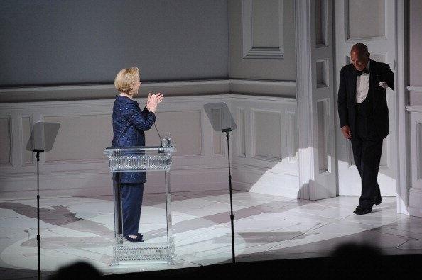 """Un instante mágico de la noche fue el discurso de Hillary Clinton, al presentarle el premio del Fundador, creado en honor a Eleonor Lambert, al diseñador Oscar de la Renta. """"La primera vez que nos conocimos, él me dijo que yo tenía puesto su vestido, a lo que yo le contesté que no lo sabía"""". La ex Primera Dama bromeó acerca de su atuendo, un traje azul marino."""