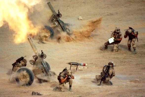 Irak, février 1991Tir d'une section de mortiers lourds de 120 mm au cours de…