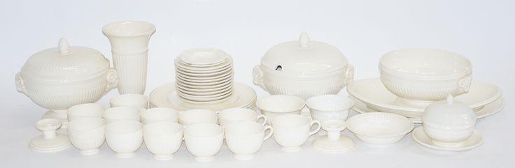 44 delen crèmewit servies, w.o. dekselterrines, borden kopjes en schoteltjes enz. Edme Wedgwood, Engeland
