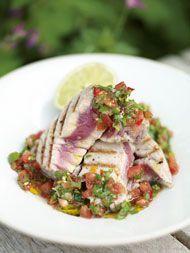 Gegrilde tonijn met salsa van tomaten en koriander