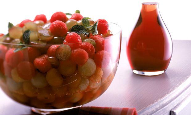 Salada de melão, melancia e uva com calda de groselha