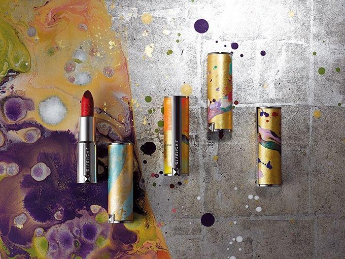 裕人礫翔氏の衝立作品とともに撮影されたゴールドのルージュ・ジバンシイ。背景はエイジング加工を施した銀箔の上に日本古来の顔料を用いて絵付けされた作品。なお、今回の京都 エディションは世界で600セットのみの展開。現在全20色の「ルージュ・ジバンシイ」より、特別に5色をニコラが選び抜いてセットされる。ナチュラルな亜麻色、ブラウントーンの浅蘇芳(あさすおう)、梅の花びらを思わせる紅梅色、舞妓の...