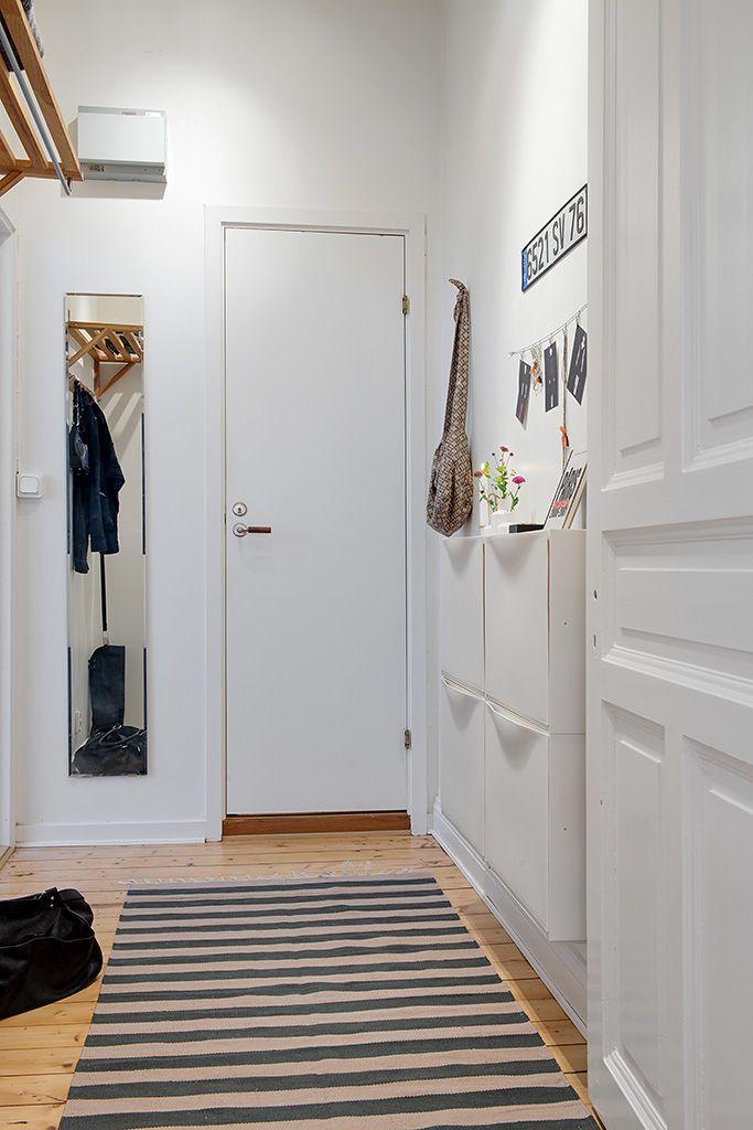 Til entréen. 4 Trones skabe ved indgangen. Alvhem Mäkleri och Interiör | För oss är det en livsstil att hitta hem.