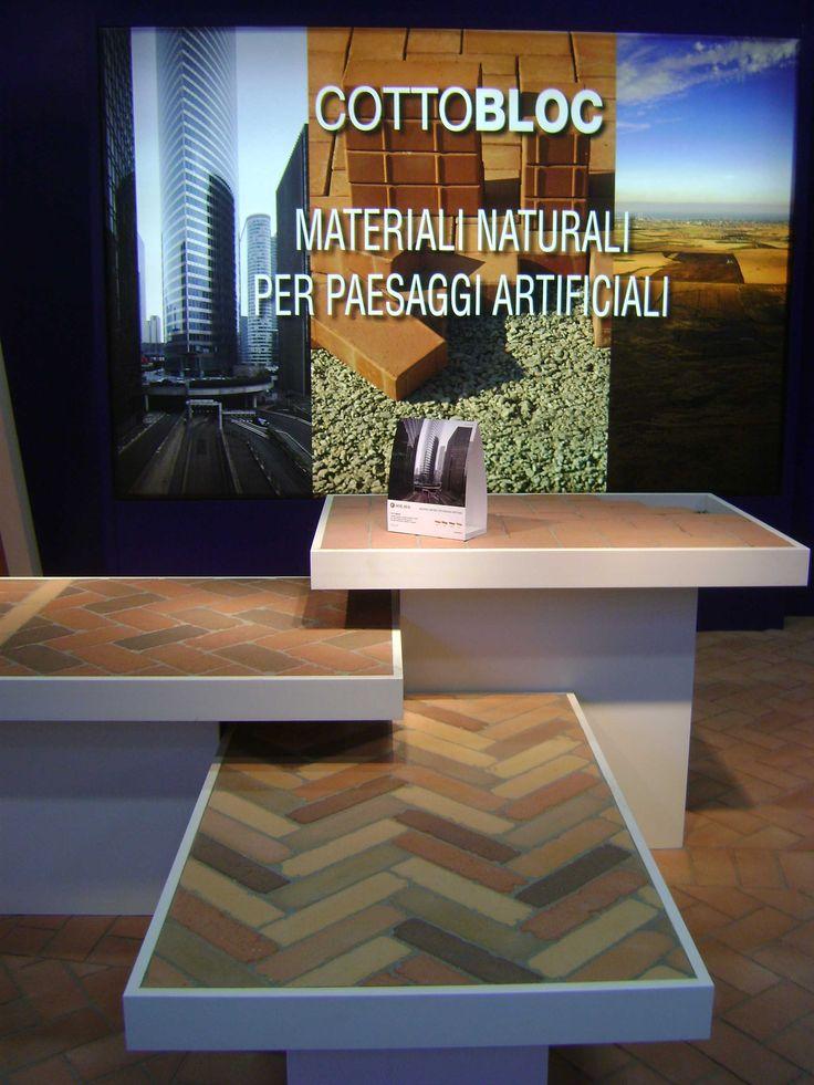 Esposisitore Cottobloc portato alla Fiera MADEexpo 2011 a Milano