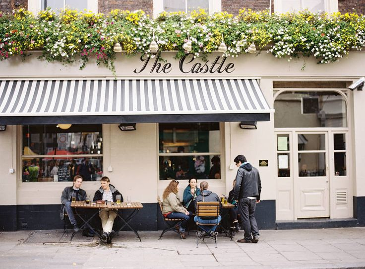 London, Notting Hill- Stop at a cafe while we are there