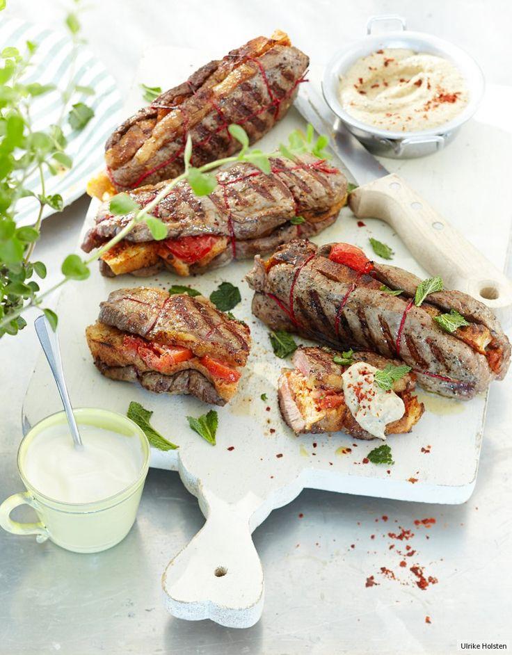 Scharfe Hülle, weicher Kern: im Innern steckt Fladenbrot und auf dem Rost grillt das Beef. Tomaten und Minze spenden Frucht und Frische und Harissa gibt dem Packen Zunder.