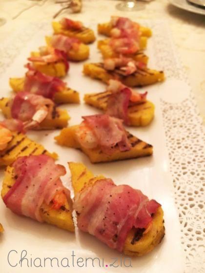 Crostini di polenta con gamberi e bacon