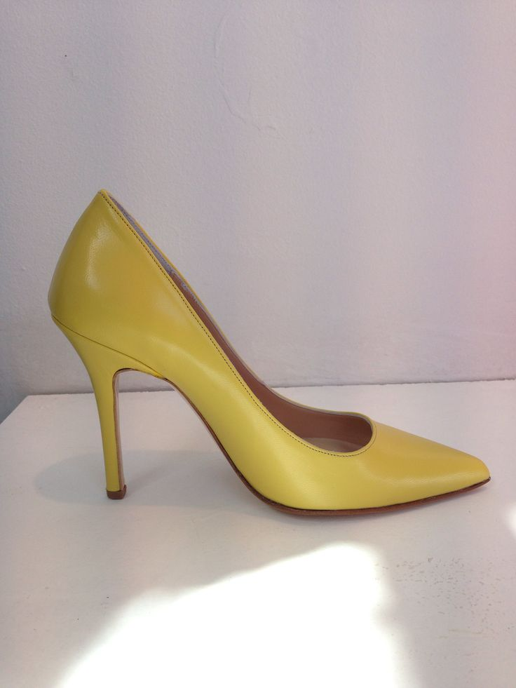 Amarisso Yellow leather pointed toe pumps. 9,5 height .