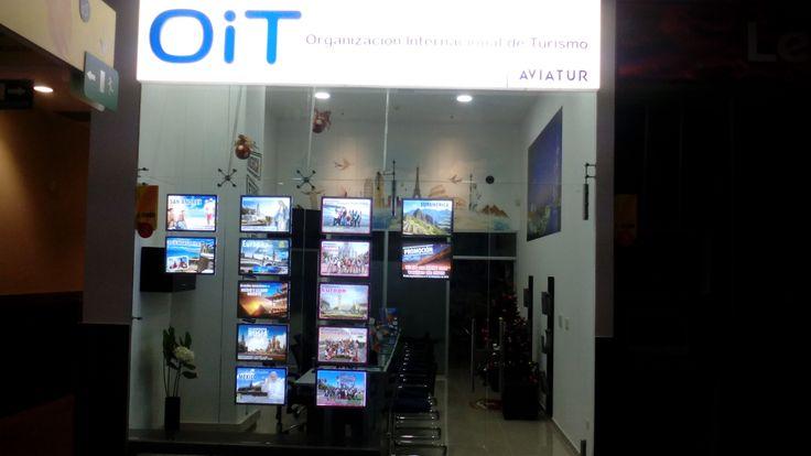 En el Centro Comercial Cacique en Bucaramanga también se encuentran los últimos avisos LED de Vitrinemedia en la oficina de la agencia de viaje OIT Aviatur. Esos avisos permiten atraer más clientes y impulsar las ventas por ser muy luminosos.