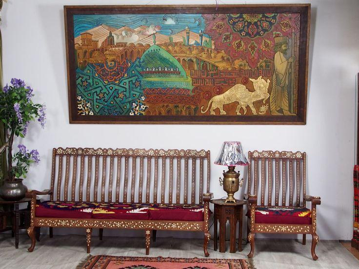 Wunderschönes sehr großes Kunstwerk, das berauschende Farben und Blattgold enthält. Das Bild hat eine stabile Drahtseilaufhängung. Der Rahmen ist zusätzlich mit handgeschmiedeten Ziernägeln versehen. Dieser einzigartiger Kunstwerk ist aus Holz, und wurde in mühevoller Handarbeit geschnitzt und handbemalt.  Bezeichnung: Persiche Kunstwerk Provenienz: Iran. Größe: ca. 260 x 125 cm Material: Holz datiert: 1377