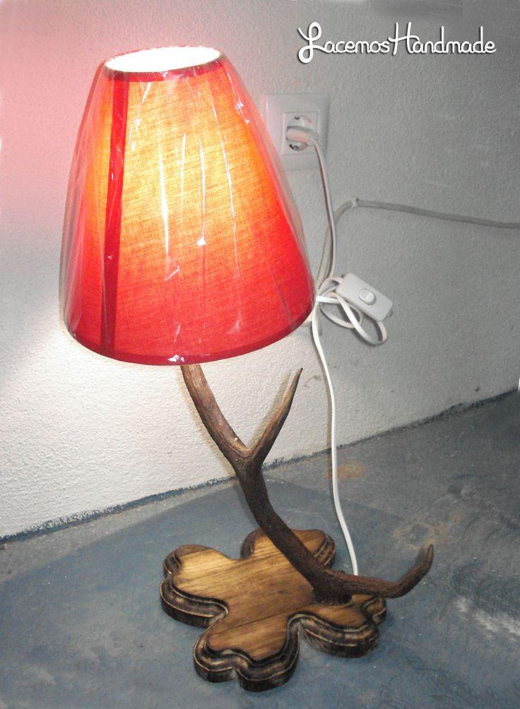 Lampara creada con un cuerno de ciervo. Con tulipa roja y base de madera tratada. Aqui la veis encendida. Queda muy bonita. Mas info: http://www.facebook.com/Facemos