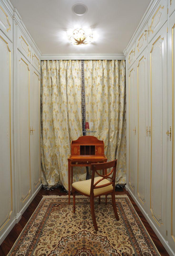 Фото интерьера гардеробной квартиры в классическом стиле