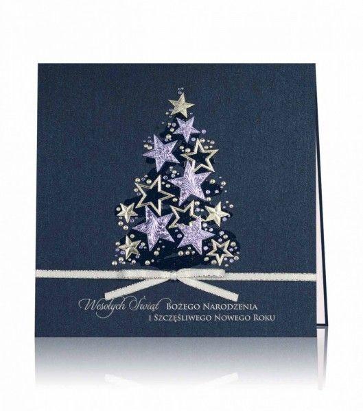 Kartka świąteczna C 867: Niebieski perłowy papier, niebieski i srebrny nadruk. Przepiękne gwiazdki i drobne bombeczki, tworzą motyw pięknej świątecznej choinki. Całą kartkę przyozdabia ręcznie wiązana i naklejona srebrna wstążeczka z kokardką. W dolnej części kartki napis życzeń świątecznych.