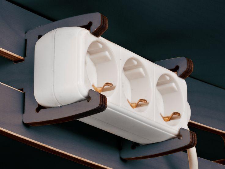 Tisch Eins ist multifunktional, beispielsweise als Esstisch für bis zu 6 Personen oder als Arbeitstisch nutzbar. Der Tisch wird ausschließlich gesteckt und kann beliebig oft ohne Nägel, Schrauben oder Klebstoff montiert werden.
