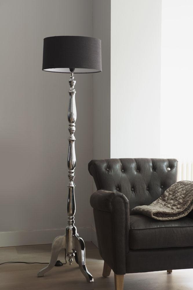 ... landelijk, lamp bij stoel voor grijze muur  Woonkamer  Pinterest