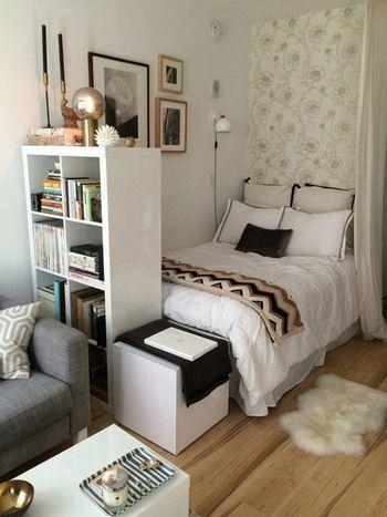 シェルフをベッドルームとくつろぎスペースの仕切りに利用。収納できるシェルフに2次的な役割を持たせることで、狭い空間に無駄なスペースをつくらない工夫です。