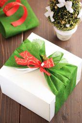クリスマスラッピング 不織布を帯状に2枚カットして重ね、先端をひいらぎの葉のように、ピンキングはさみでカットし、不織布を箱の横に巻きつけ、中央で絞ります。不織布の先端を広げてひいらぎに見立てます。モールの星がアクセントになります。
