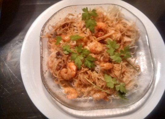 Todos los detalles, paso a paso, para la elaboración de esta receta con los robots de cocina Mycook. Ingredientes: Fideos de arroz con gambas y salsa de soja Aceite de oliva, Cebolla, Dientes de ajo, Caldo de pescado, Fideos de arroz, Gambas, Cola de surimi, Salsa de soja, Perejil