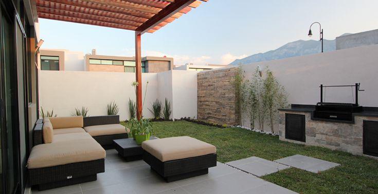 Jardín con sala lounge techada y asador, excelente para tus reuniones sociales. Ideas de decoracion para el exterior de tu casa