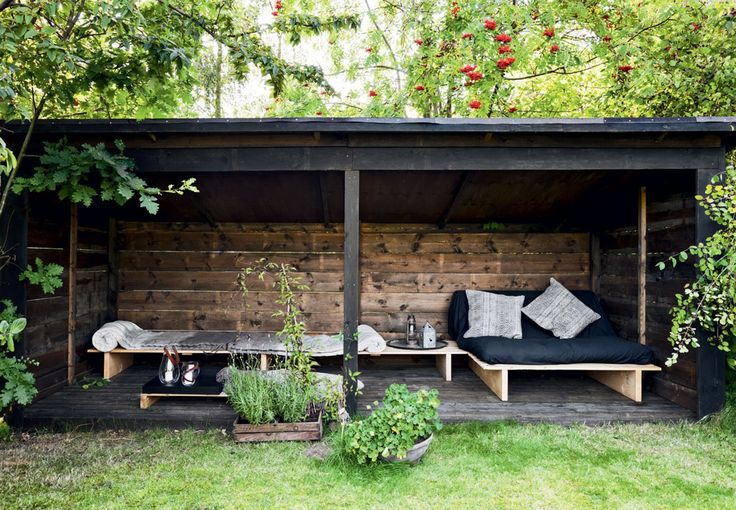 Shelter med hjemmelavede møbler