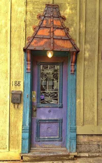 Porta antiga de madeira com insercao de vidro.