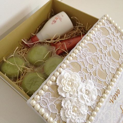 Caixa personalizada e com produtos da Natura da linha VôVó para presentear a Vovó no Natal #presentearcomestilo #produtosnatura #pessoasespeciais