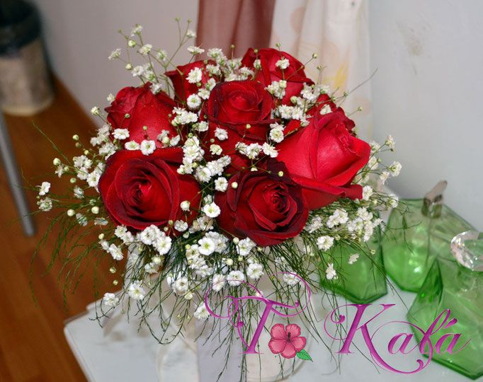 Ramo de rosas y gypsóphilas para civil o arrojar en la fiesta