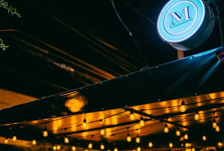 Aquí te puedes olvidar de la típica cerveza y te puedes atrever a probar bebidas diferentes. El ambiente es de lo mejor, hay música en vivo y noches de jazz. Prueba el drink con jengibre o un mojito. No te arrepentirás en lo absoluto.  Dirección: Rio Mississippi 103D, San Pedro Tel: (81) 1937 0061