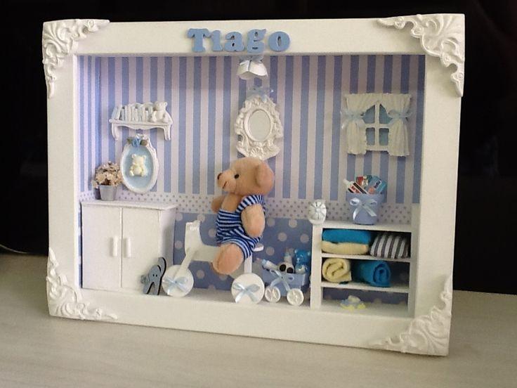 Quadro para Porta de Maternidade e decoração para quarto de bebê. <br> <br>Com vidro, cantoneiras em resina e nome do bebê e Mdf incluso. <br>Também na versão menina e gêmeos <br> <br> Este é um trabalho artesanal e único. Nenhum cenário fica igual a outro. <br>Seguimos o modelo solicitado , mas as cores escolhidas e alguns detalhes tornam a peça exclusiva. <br>Por conter algumas peças importadas poderá haver substituições, mudanças de tonalidades, mas nada que altere o modelo original…