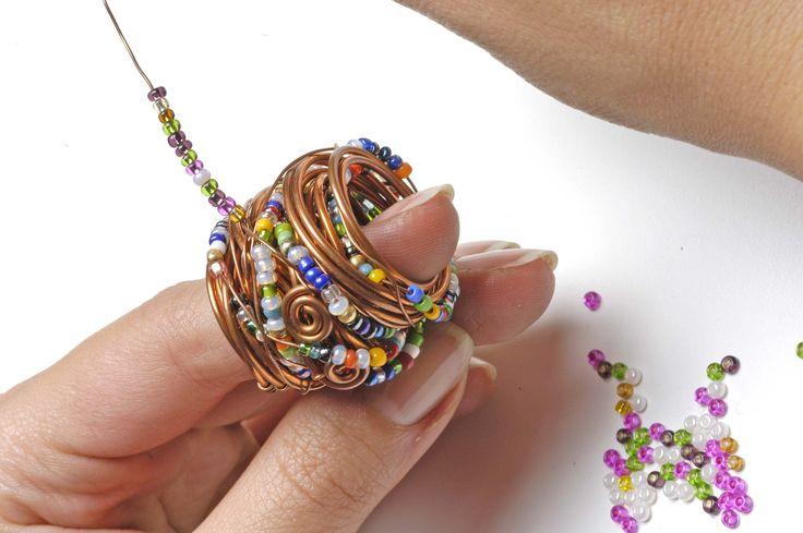 Step 1 Prendete una bobina di filo fi rame di diametro 0,8 in una comune ferramenta o negozi di hobbistica e avvolgetelo attorno al mandrino (se lo avete) oppure a qualche oggetto che avete in casa che abbia le dimensioni...