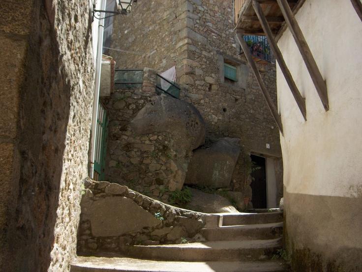 Un bello rincón de la población. Las casas se han construido encima de la roca y se ha utilizado madera como es norma en la arquitectura tradicional del norte de Extremadura.