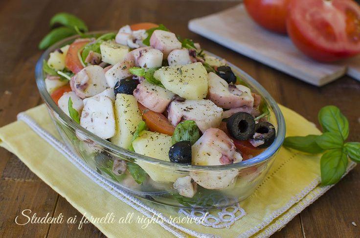 Insalata di polpo rucola e olive con patate e pomodori, ricetta antipasto o secondo di pesce fresco, facile e veloce da preparare