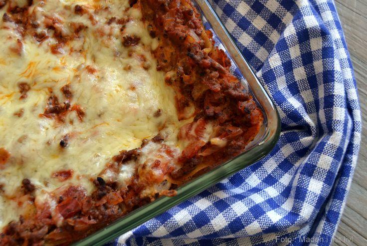 Det slog mig, at der manglede en lasagne opskrift på bloggen – ikke en spinatlasagne eller en kartoffellasagne, men en helt almindelig lasagne med oksekød, tomat, krydderierog bechamelsauce. Lasagne er en favorit her i huset – ikke mindst fordi der så er mad til 2 dage. Denkommer derfor indimellem på madplanen, hvis jeg kan se, …