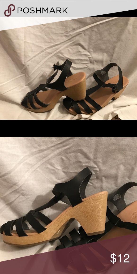 OLD NAVY STRAPPY HEELS Strappy heels. Black straps. Tan heel. Lightweight. Old Navy Shoes Heels