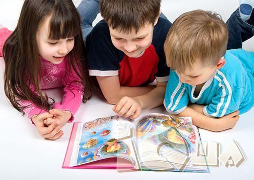 """4 ежедневных занятия юного любителя книг. Перед самыми внимательными и заботливыми родителями не встает вопроса о том, """"Как научить ребенка любить чтение"""". Ведь они знают, как именно ежедневно занять ребенка, чтобы чтение было для него любимым делом. А для этого нужно много... слушать, писать и фантазировать!"""