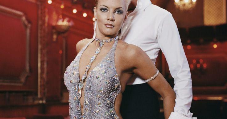 """Qual o figurino usado em danças de merengue?. O som da palavra """"merengue"""" ao rolar na ponta da língua parece tão rítmico e travesso quanto a própria dança. Merengue é um estilo de dança latino em que se usa os quadris para acentuar o ritmo de duas batidas por passo. Já que os homens usam calças escuras e camisas de botão modelo padrão, são geralmente as mulheres que traduzem o espírito ..."""