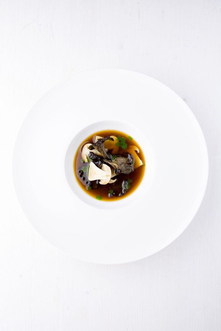 Getrocknete Steinpilze ziehen sanft in selbst gemachter, aromatischer Hühnerbrühe. Die Einlage: Steinpilze, Herbsttrompeten, dazu Spinatöl.