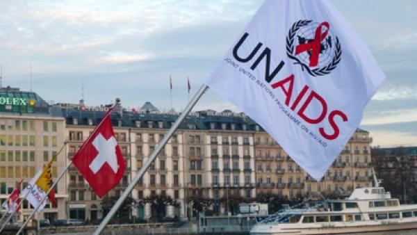 Le dernier rapport de l'Onusida révèle des progrès notables dans la lutte contre le sida dans le monde en 2016, mais de façon encore inégale. Depuis le début de l'épidémie en 1981, 35 millions de personnes sont mortes du VIH, l'équivalent de la population du Canada. Pour la première fois depuis cette date, plus de la moitié des séropositifs ont accès au traitement antiviral et le nombre de décès liés au sida a été quasiment divisé par deux en l'espace d'une dizaine d'années. Autre point…