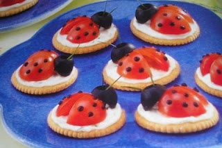Ladybug snacks made with cream cheese, cherry tomatoes, pitted olives and fresh chives. (stipjes kun je maken met sneetjes in de tomaat en heel kleine stukjes olijf erin) #snack #kinderen #tomaat #lieveheersbeestjes #Ladybug