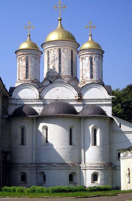 Vista externa de abside (arco ou abóbada) ladeada por dois absidíolos na Igreja Ortodoxa de Jaroslavl, na Rússia. Igreja Ortodoxa Russa.  Fotografia: Yarspas.   – Wikipédia, a enciclopédia livre.