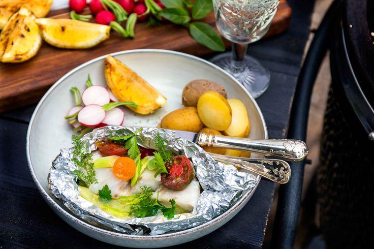 Grillad torsk i paket med kryddigt smör, zucchini, salladslök och saftiga cocktailtomater. Toppas med basilika, persilja och dill!