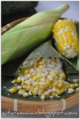 Urap Jagung / Corn with grated coconut. This easy cooked corn is made with fresh corn kernels, grated coconut and sugar. Sooo delicious!!! My fav!! (^_^)v - (Indonesian foods)