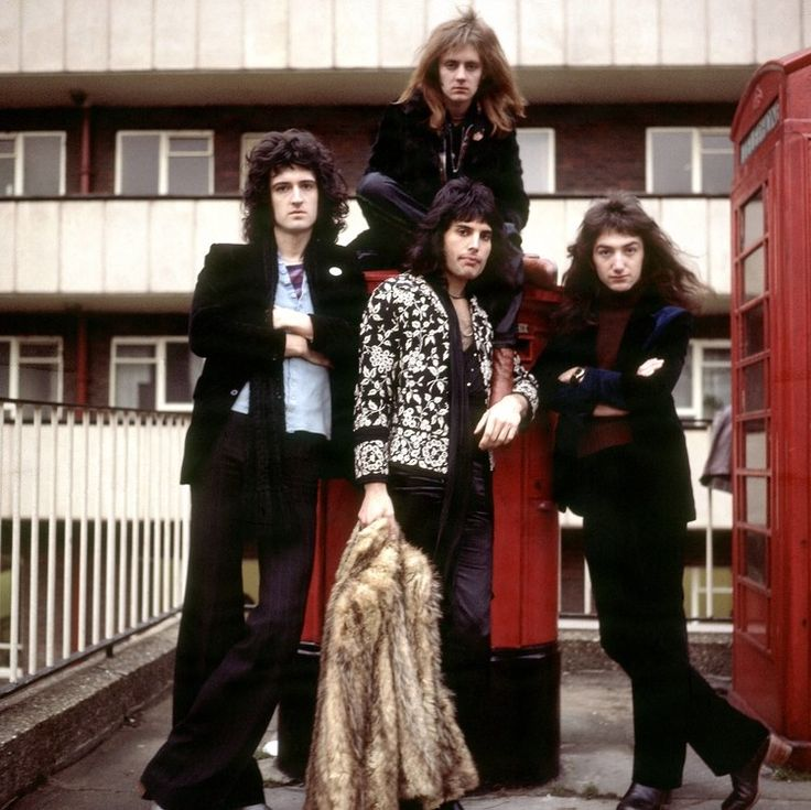 Freddie Mercury: Rock Locks: Queen bandmates Brian May (from left), Roger Taylor, Freddie Mercury and John Deacon show off their luscious locks and best serious poses while standing on a London street corner circa (Photo by RB/Redferns. Queen Freddie Mercury, Queen Photos, Queen Pictures, Queen Images, Brian May, John Deacon, Freddie Mercury Biography, Led Zeppelin, Queen Banda