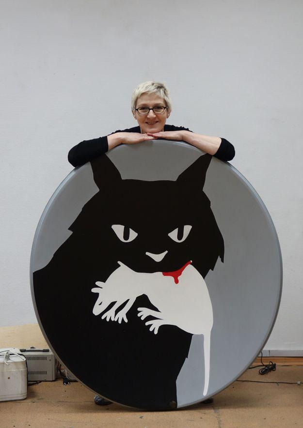 Добыча (Кошка-мышка), 2014, спутниковая тарелка, акрил / сталь, диаметр 130