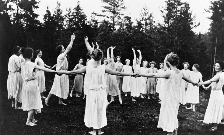Naisvoimisteluesitys metsässä. - Finna - Helsingin...