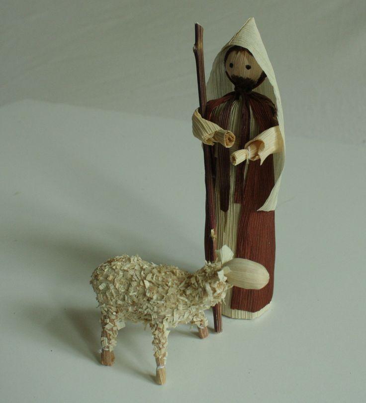 """""""Pásli ovce..."""" - dvě figurky volně stojící Interiérová dekorace pasáček s ovcí v přírodních barvách volně stojící. - do vánočního betlému. Výška stojící figurky je 15 - 17 cm. Cena je za pasáčka a ovečku"""