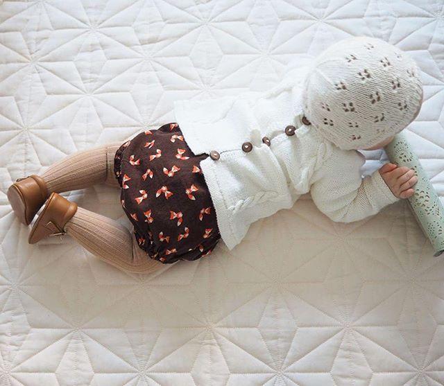 Today's baby Hvis moren skal få tatt et bilde så må frøkna bestikkes med noe som gjør at hun ligger stille (denne gangen lommeboken)  #igbabies #babystyle #ministrikk #strikk #babystrikk #knapperbakgenser #barnestrikk #babyknits #strikking #knitstagram #knitting #knitting_inspiration #minifashionista #strikktilbarn #rigmorskyse #knittersofinstagram #ministil #babyinspo